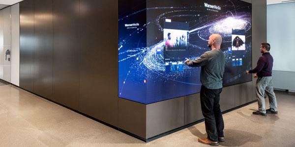 Noutăţi din digital signage: tehnologia touchless preia controlul în 2021